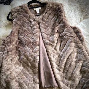 H&M Faux Fur Vest - Oo La La 😍